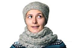 Νέο όμορφο χειμερινό πορτρέτο κοριτσιών στο άσπρο υπόβαθρο Στοκ Φωτογραφία