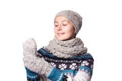 Νέο όμορφο χειμερινό πορτρέτο κοριτσιών στο άσπρο υπόβαθρο, copyspace Στοκ Φωτογραφίες