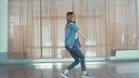 Νέο όμορφο χιπ-χοπ χορού κοριτσιών στο στούντιο χορού 4K απόθεμα βίντεο