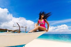 Νέο όμορφο brunette με την τρίχα που πετά στον αέρα που έχει τη διασκέδαση Στοκ Φωτογραφία