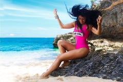Νέο όμορφο brunette με την τρίχα που πετά στον αέρα που έχει τη διασκέδαση Στοκ εικόνα με δικαίωμα ελεύθερης χρήσης