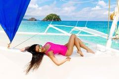 Νέο όμορφο brunette που έχει τη διασκέδαση σε μια τροπική παραλία στο s Στοκ φωτογραφία με δικαίωμα ελεύθερης χρήσης