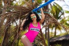 Νέο όμορφο brunette που έχει τη διασκέδαση σε μια τροπική παραλία Καλοκαίρι Στοκ Φωτογραφία