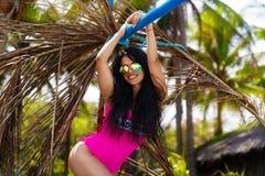 Νέο όμορφο brunette που έχει τη διασκέδαση σε μια τροπική παραλία Καλοκαίρι Στοκ Εικόνες
