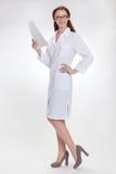 Νέο όμορφο doctorin στο άσπρο παλτό medicinska στοκ εικόνα με δικαίωμα ελεύθερης χρήσης