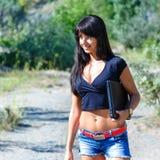 Νέο όμορφο lap-top εκμετάλλευσης γυναικών brunette που περπατά υπαίθρια στοκ φωτογραφία