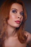 Νέο όμορφο redhead κορίτσι Στοκ φωτογραφία με δικαίωμα ελεύθερης χρήσης