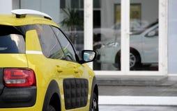 Νέο όχημα μπροστά από τη φωτογραφία αποθεμάτων γραφείων μισθώματος αυτοκινήτων Στοκ εικόνες με δικαίωμα ελεύθερης χρήσης