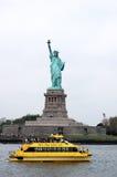 νέο ύδωρ κίτρινη Υόρκη ταξί αγαλμάτων ελευθερίας Στοκ Εικόνες