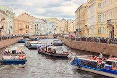νέο ύδωρ του ST ποταμών της Πετρούπολης moyka νησιών της Ολλανδίας πυλών Στοκ Φωτογραφία