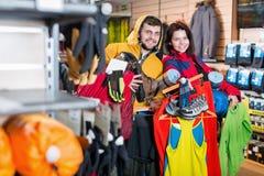 Νέο assortiment τουριστών επίδειξης ζεύγους στο κατάστημα Στοκ εικόνες με δικαίωμα ελεύθερης χρήσης