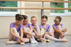 Νέο ballerina με τις νέες παντόφλες μπαλέτου Στοκ Εικόνες