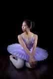 Νέο Ballerina που φορούν τα παπούτσια Pointe και Tutu στο χορό θέτουν Στοκ εικόνα με δικαίωμα ελεύθερης χρήσης