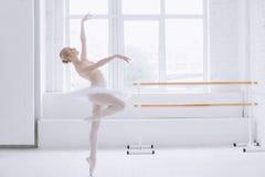 Νέο ballerina στην κατηγορία μπαλέτου Στοκ φωτογραφία με δικαίωμα ελεύθερης χρήσης