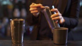 Νέο bartender γυναικών χύνει το ποτό μέσα στους δονητές και το τινάζει απόθεμα βίντεο
