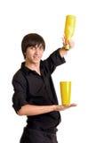 Νέο bartender με το κοκτέιλ οινοπνεύματος στοκ εικόνες με δικαίωμα ελεύθερης χρήσης