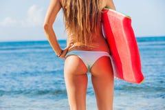Νέο Bbeautiful στο μπικίνι στην παραλία με τον πίνακα Boogie Στοκ Εικόνα