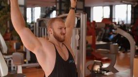 Νέο bodybuilder που αυξάνει τα όπλα με τους λαστιχένιους βρόχους απόθεμα βίντεο