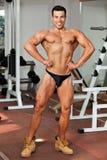 Νέο bodybuilder στη γυμναστική στοκ εικόνες με δικαίωμα ελεύθερης χρήσης