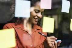 Νέο 'brainstorming' γυναικών με τις δημιουργικές ιδέες στοκ εικόνες