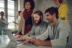 Νέο 'brainstorming' σχεδιαστών Ιστού στοκ εικόνα με δικαίωμα ελεύθερης χρήσης