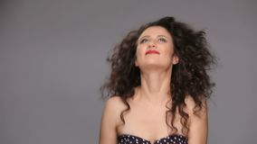 Νέο brunette με το μακροχρόνιο καφετή σγουρό χορό τρίχας φιλμ μικρού μήκους