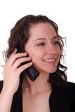 Νέο Brunette που χαμογελά και που μιλά στο τηλέφωνο Στοκ εικόνα με δικαίωμα ελεύθερης χρήσης