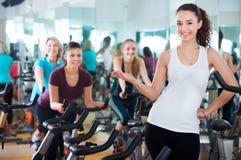 Νέο brunette στην κατηγορία ποδηλάτων άσκησης στοκ φωτογραφία με δικαίωμα ελεύθερης χρήσης