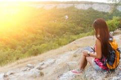 Νέο brunette στο γραφικό λόφο Στοκ Εικόνες