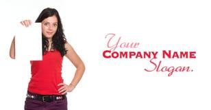 Νέο brunette στο κόκκινο που κρατά ένα κάθετο κενό έγγραφο Στοκ εικόνες με δικαίωμα ελεύθερης χρήσης