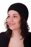 Νέο Brunette στο Μαύρο πλέκει την ΚΑΠ χαμογελώντας στην πλευρά Στοκ φωτογραφία με δικαίωμα ελεύθερης χρήσης