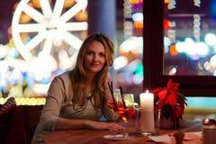 Νέο drining κοκτέιλ γυναικών στο εστιατόριο Στοκ φωτογραφίες με δικαίωμα ελεύθερης χρήσης