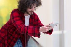Νέο freelancer που χρησιμοποιεί τον υπολογιστή ταμπλετών Στοκ Εικόνες