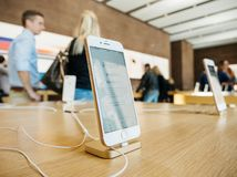Νέο iPhone 8 και iPhone 8 συν στη Apple Store με τους πελάτες μέσα Στοκ φωτογραφία με δικαίωμα ελεύθερης χρήσης