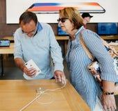 Νέο iPhone 8 και iPhone 8 συν στη Apple Store με το ανώτερο ζεύγος Στοκ Φωτογραφίες