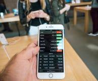Νέο iPhone 8 και iPhone 8 συν στη Apple Store με το απόθεμα π μήλων Στοκ Εικόνες