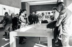 Νέο iPhone 8 και iPhone 8 συν στη Apple Store με το πλήθος και iph Στοκ Φωτογραφία