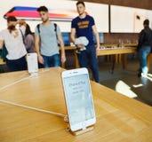 Νέο iPhone 8 και iPhone 8 συν στη Apple Store με το iphone prace Στοκ φωτογραφία με δικαίωμα ελεύθερης χρήσης