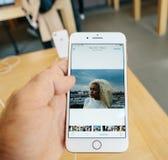 Νέο iPhone 8 και iPhone 8 συν στη Apple Store με app φωτογραφιών το bro Στοκ Εικόνες