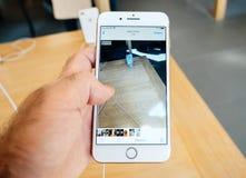 Νέο iPhone 8 και iPhone 8 συν στη Apple Store με app φωτογραφιών το bro Στοκ φωτογραφίες με δικαίωμα ελεύθερης χρήσης