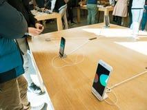 νέο iPhone 8 πελατών και iPhone 8 συν στη Apple Store Στοκ Εικόνες