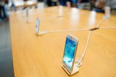 Νέο iPhone 7 συν και iPhone 6 της Apple που περιμένει τους πελάτες Στοκ φωτογραφίες με δικαίωμα ελεύθερης χρήσης