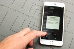 Νέο iPhone 7 συν με το χέρι σχετικά με την οθόνη για να επιτρέψει app τη χρήση Στοκ Εικόνα