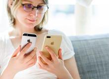 Νέο iPhone 7 της Apple που συγκρίνεται από τη γυναίκα Στοκ Εικόνες