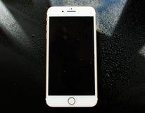 Νέο iPhone 7 της Apple συν την κατώτερη βροχή waterdrops Στοκ εικόνα με δικαίωμα ελεύθερης χρήσης