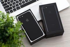 Νέο iPhone 7 Unboxing αεριωθούμενο μαύρο Onyx στο MacBook Pro Στοκ φωτογραφία με δικαίωμα ελεύθερης χρήσης