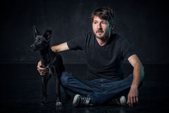 Νέο mand και το σκυλί του Στοκ Εικόνα