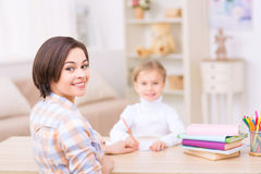 Νέο mom και η κόρη της στο γραφείο Στοκ φωτογραφίες με δικαίωμα ελεύθερης χρήσης