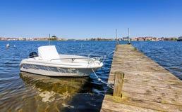 Νέο motorboat που δένεται στην ξύλινη γέφυρα Στοκ Εικόνες