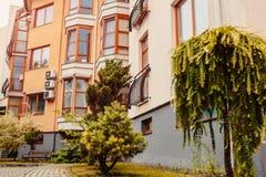 Νέο multi-storey κατοικημένο κτήριο Σύγχρονο σπίτι που βάφεται στα κόκκινα και πορτοκαλιά χρώματα Στοκ Φωτογραφίες